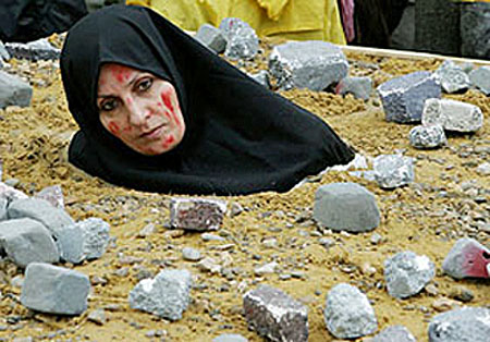 http://iranpoliticsclub.net/photos/women-stoning/images/Woman%20Stoning%202.jpg